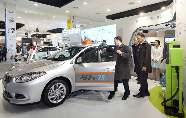 Visitors to the 2015 Jeju International Electric Expo take a look at the taxi version of the SM3 Z.E., Renault Samsung's EV brand, Friday. (Renault Samsung Motor)