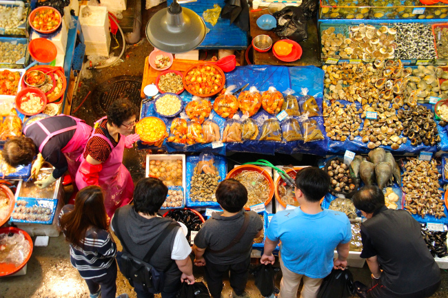 Visitors gaze at the array of seafood on sale at the Noryangjin Fisheries Wholesale Market in Dongjak-gu, Seoul. (Julie Jackson/The Korea Herald)