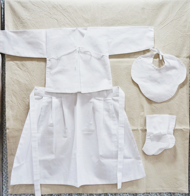 """Mothers participating in the """"Royal Taegyo"""" program will make a silk-covered taegyo diary and traditional """"jeogori"""" costumes for their babies. (Rumy Doo/The Korea Herald)"""