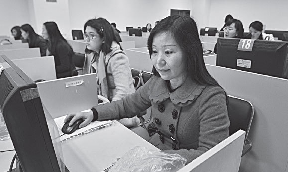 Female staff from maritime affairs organizations concentrate on computers during a training clinic in Changsha, Hunan province. (China Daily)