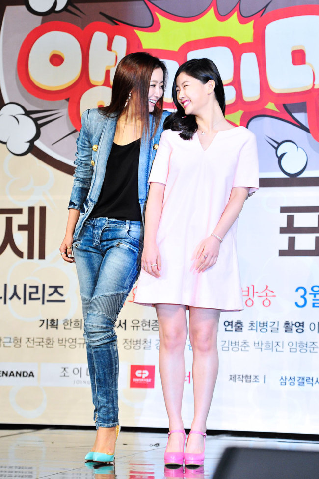 """Kim Hee-sun (left) and Kim Yoo-jung, the lead actresses of MBC's new drama series """"Angry Mom,"""" pose during a press conference in Seoul on Tuesday. (MBC)"""