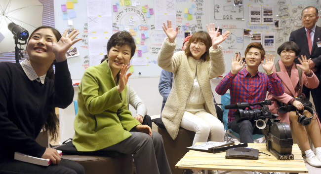 President Park Geun-hye talks with young filmmakers at the opening ceremony of the Busan Center for Creative Economy & Innovation last week. (Yonhap)