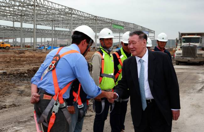Hyundai Motor chairman Chung Mong-koo (right) encourages workers at the construction site for Kia's new plant in Monterrey, Mexico, during his on-site trip on Thursday. (Hyundai Motor)
