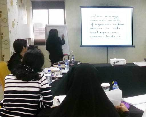 A graphologist explains the logic behind the theory uring a class in Jakarta. (The Jakarta Post)
