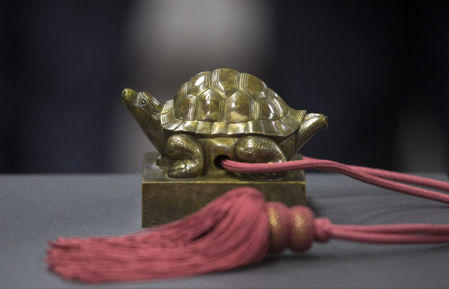 A 15th-century royal seal of Korea has returned home from the Seattle Art Museum in the U.S., where it had been kept since 1963, Korea's Cultural Heritage Administration said Wednesday. The royal seal of Deokjong (1438-1457), a crown prince of the Joseon Dynasty, is believed to have been taken out of the country by U.S. military personnel during or after the Korean War. (Yonhap)