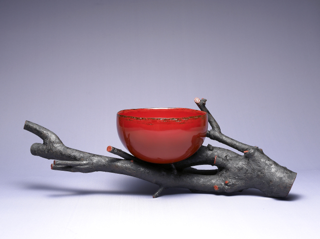 Red dry lacquered bowl by Kim Seol. (KCDF)