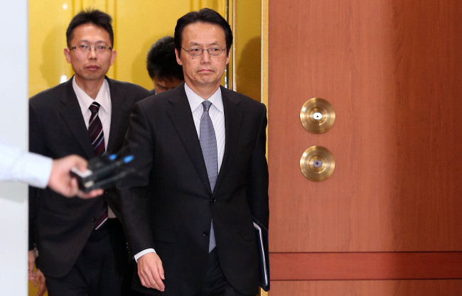 Kenji Kanasugi, a recalled minister at the Japanese Embassy, leaves the Korean Foreign Ministry office Tuesday. (Yonhap)