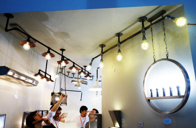 Industrial-style lighting at Gongan (Rumy Doo/The Korea Herald)