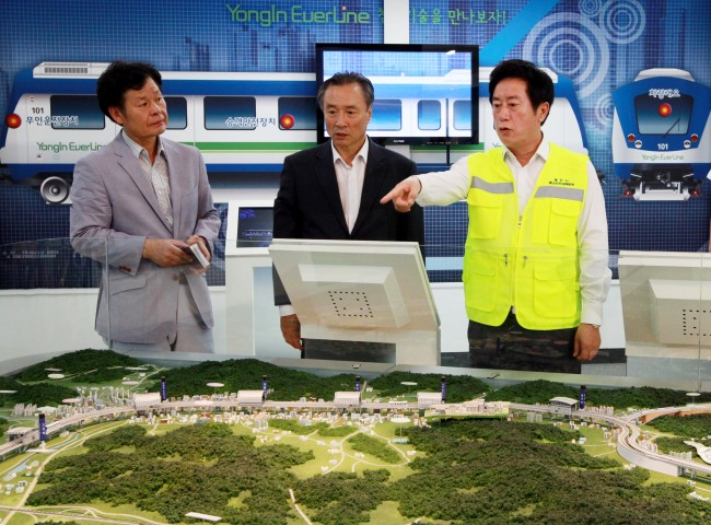 Yongin Mayor Jung Chan-min (right) inspects the operator of the city's Everline light rail transit. (Yongin City)