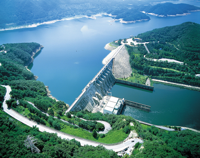 The multipurpose Daecheong Dam in Daejeon is responsible for flood control, water supply and hydroelectric power generation. (K-water)
