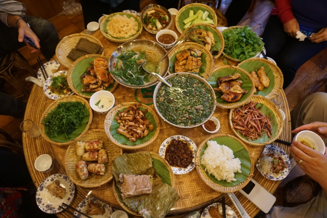 Traditional Dai cuisine at the Manfeilong Grilled Chicken restaurant