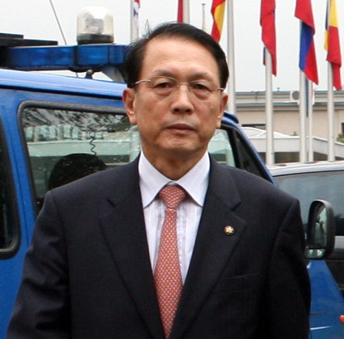 Former Cheong Wa Dae Chief of Staff Kim Ki-choon on a trip to Belgium in 2006. The late Sung Woan-jong accused Kim of receiving $100,000 from him just before this trip. Police found Sung dead Thursday in an apparent suicide. Prosecutors had been probing Sung for allegedly swindling government funds. (Yonhap)