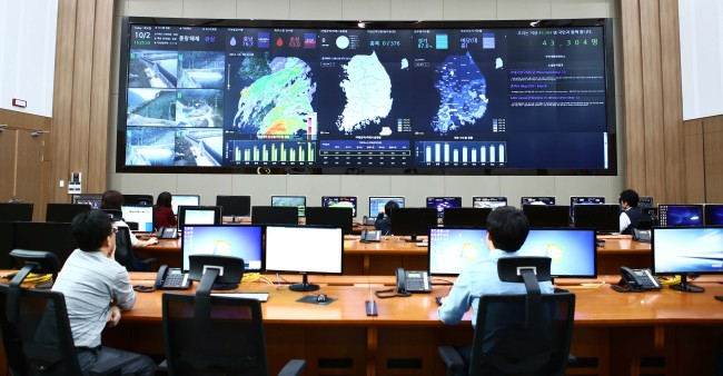 KRC officials monitor the national water supply at the smart hydro management center in its newly built headquarters in Naju, South Jeolla Province. (KRC)