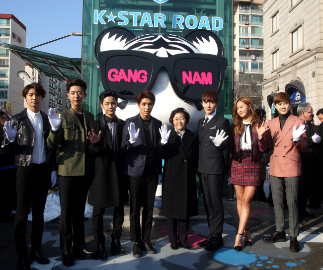 Gangnam Mayor Shin Yeon-hee (fourth from right) poses with K-pop stars to launch the K-Star Road inCheongdam-dong, Gangnam, Seoul.
