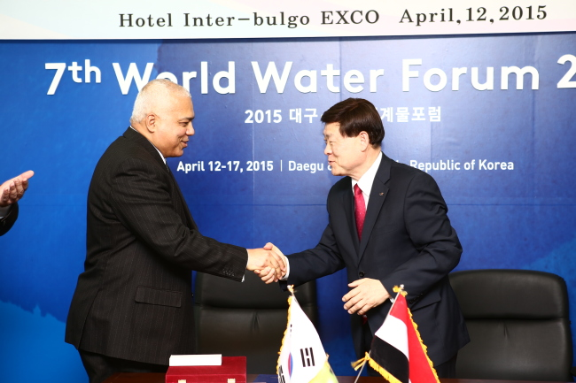 Korea Rural Community Corp. president Lee Sang-mu (right) shakes hands with Egyptian Shore Protection Authority Director Ibrahim Ghaly during the World Water Forum on Sunday. (KRC)