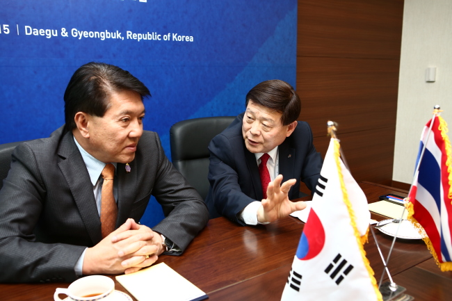 Korea Rural Community Corp. president Lee Sang-mu (right) meets with his Thai counterpart Lertviroj Kowattana during the World Water Forum at the Daegu EXCO on Sunday. (KRC)