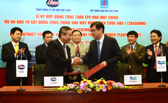 Doosan Heavy Industries & Construction vice chairman Jung Ji-taek (front, left) and Lilama president Le Van Tuan (front, right) shake hands on Friday in Hanoi, Vietnam, after signing a deal to build a coal-fired power plant in Hau Giang, about 200 kilometers southwest of Ho Chi Minh City, by October 2019. (Doosan Heavy Industries& Construction)