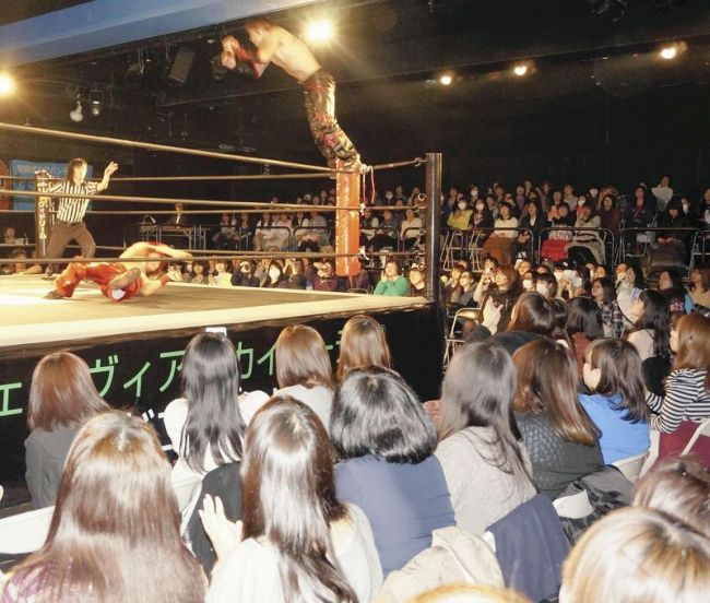 A venue of DDT Pro-wrestling matches is packed with female spectators in Shinjuku Ward, Tokyo. The Yomiuri ShimbunA venue of DDT Pro-wrestling matches is packed with female spectators in Shinjuku Ward, Tokyo. (The Yomiuri Shimbun)