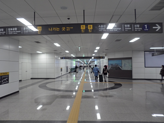 The new subway transfer passageway at Seoul Station (AREX)