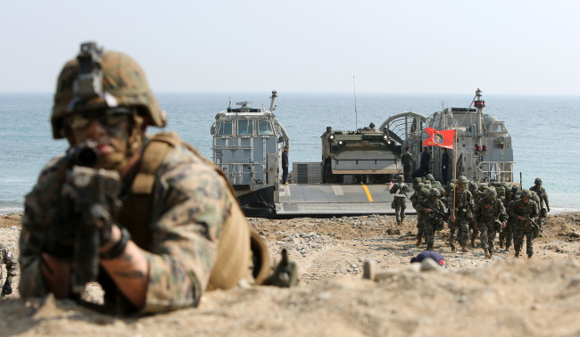 Korean and U.S. soldiers participate in amphibious operations in Pohang, North Gyeongsang Province, as part of the annual joint military exercise on March 30. (Yonhap)