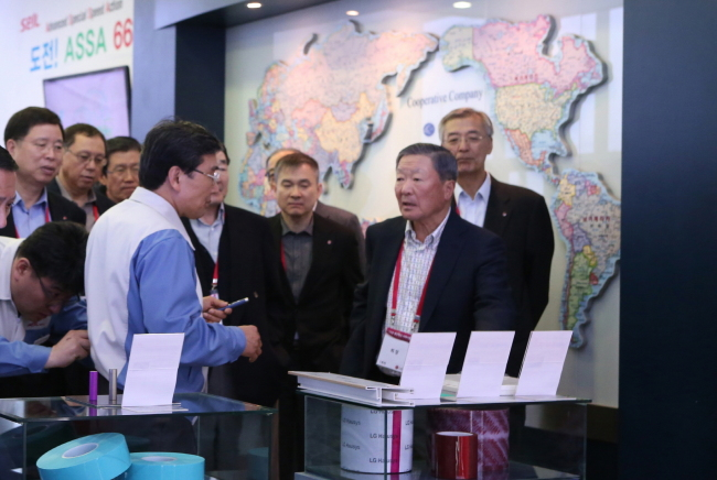 LG Group chairman Koo Bon-moo (right) and top executives of its affiliates visit LG's Creative Economy Innovation Center and production facilities in North Chungcheong Province on Thursday. (LG Group)