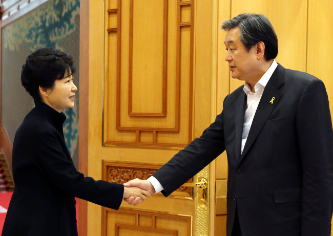 President Park Geun-hye shakes hands with ruling Saenuri Party leader Rep. Kim Moo-sung at Cheong Wa Dae on Thursday. (Yonhap)