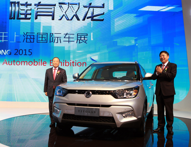 Ssangyong Motor CEO Choi Johng-sik (left) poses with the Tivoli and a Chinese dealership owner at the Auto Shanghai 2015 on Monday. (Ssangyong Motor)