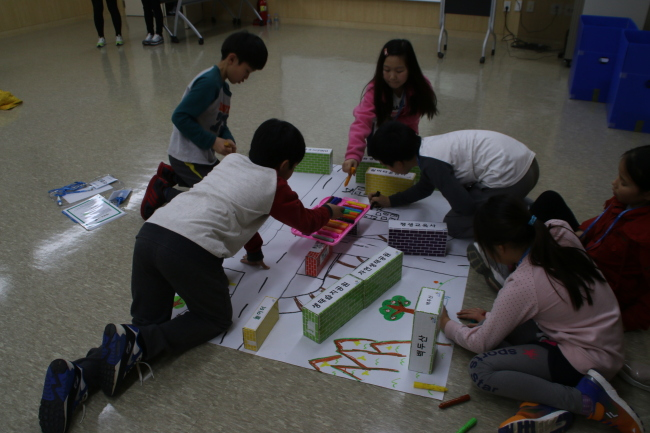 Students draw a map of reunified Korea during an activity class at the Center for Unified Future of Korea. (Yeo Jun-suk/The Korea Herald)