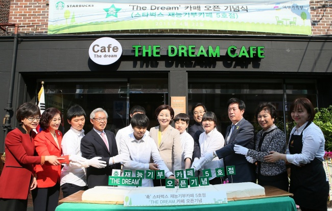 "Starbucks Korea signed an MOU with the Ministry of Gender Equality and Family on Wednesday to begin a social contribution program aimed at helping adolescents in need, opening the brand's fifth ""social contribution cafe"" at a youth facility in Yongin, Gyeonggi Province. Starbucks baristas will become mentors for various teens in need, offering professional barista classes and career guidance. (Starbucks Korea)"