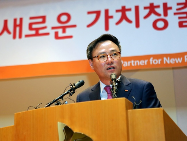SKT CEO Jang Dong-hyun announces the firm's new strategy to develop platform businesses at a press conference in Seoul on Thursday. (SKT)