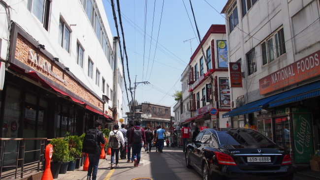 "A 200-meter street leading up to Korea's largest mosque in Itaewon, Seoul, is emerging as ""Muslim Street,"" attracting both Muslims and non-Muslims. ((Ock Hyun-joo/The Korea Herald)"