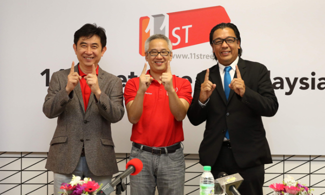 SK Planet president Seo Jin-woo (left) poses with Celcom Axiata CEO Dato Sri Shazalli Ramly (right) and Celcom Planet CEO Kim Ho-seok during the launch event of 11street in Malaysia, Friday. (SK Planet)