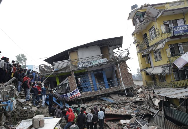 People survey the rubble of damaged buildings a day after a massive earthquake, in Kathmamdu, Nepal, Sunday. (EPA-Yonhap)