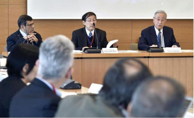 Shoichi Oikawa (right), executive adviser and senior deputy editor-in-chief of Yomiuri Shimbun Holdings, delivers a speech during the annual board meeting of the Asia News Network in Tokyo on Thursday. (Yomiuri Shimbun)