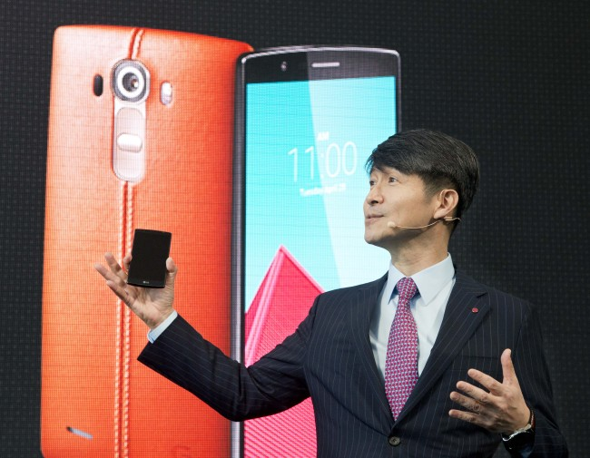 Juno Cho, President and CEO of LG Corp., introduces the LG G4, Tuesday, April 28, 2015 in New York. (AP Photo/Mark Lennihan)/2015-04-29 00:39:08/ Juno Cho, president and CEO of LG Electronics, introduces the LG G4 in New York on Tuesday. AP-YonhapJuno Cho, president and CEO of LG Electronics, introduces the LG G4 in New York on Tuesday. (AP-Yonhap)