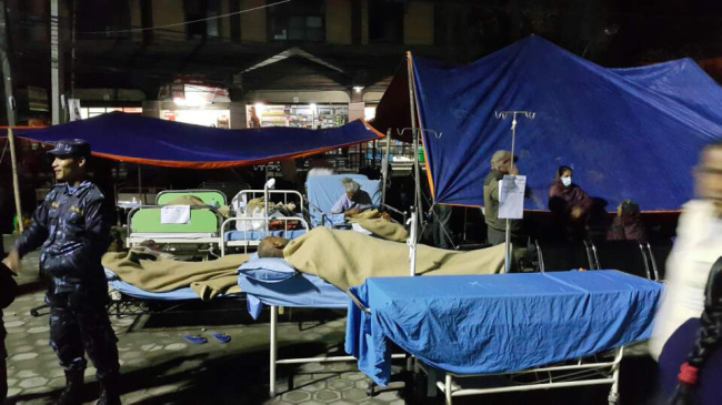 (Those injured in t recent earthquake recieve medical treatment at a makeshift medical center in Kathmandu. Yonhap)