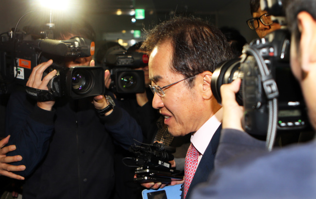 South Gyeongsang Province Gov. Hong Joon-pyo heads to his office in Changwon, South Gyeongsang Province, Wednesday. (Yonhap)