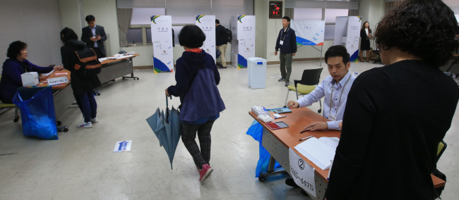 Voters cast their ballots in Seoul on Wednesday. Yonhap
