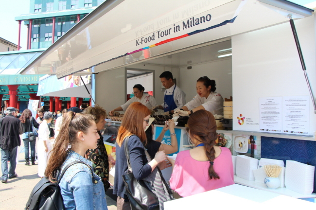 Visitors line up in front of a food truck to taste Korean food in Milan. (KTO)