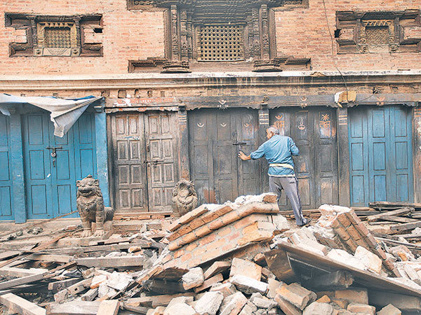 People look at building damaged during the devastating earthquake, in Balaju, Kathmandu, Nepal, Monday. (EPA-Yonhap)