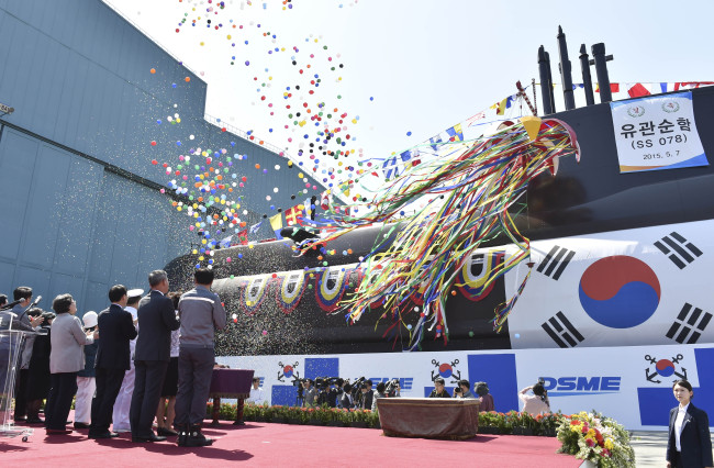 South Korea's military and government officials attend the launch ceremony of a new 1,800-ton attack submarine, Yu Gwan-sun, at Daewoo Shipbuilding and Marine Engineering's shipyard on Geojedo Island, South Gyeongsang Province, Thursday. (Yonhap)