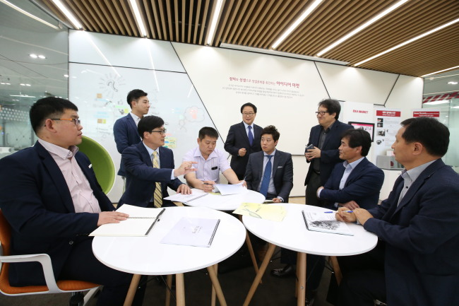 Officials from a local government-funded agency for ventures and LG Group's creative economy center in North Chungcheong Province participate in a meeting at the start-up nurturing center on Wednesday. (LG Group)