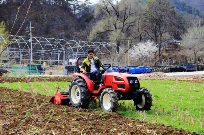Ok Taec-yeon operates a tractor in a farm field in Jeongseon, Gangwon Province. (CJ E&M)