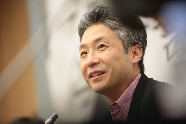 Korean-American novelist Lee Chang-rae at a press conference in Seoul on Wednesday. (RH Korea)
