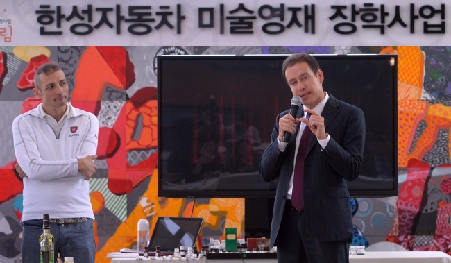 "Han Sung Motor CEO Ulf Ausprung (right) speaks alongside perfumer Christophe Laudamiel at the ""All that perfume"" seminar at the company's showroom in southern Seoul on Wednesday. (Lee Sang-sub/The Korea Herald)"