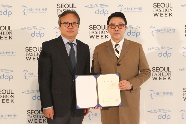 Lee Keun (left), CEO of Seoul Design Foundation, and Jung Ku-ho, director of Seoul Fashion Week, pose at the appointment ceremony in Dongdaemun, Seoul. (SFW)
