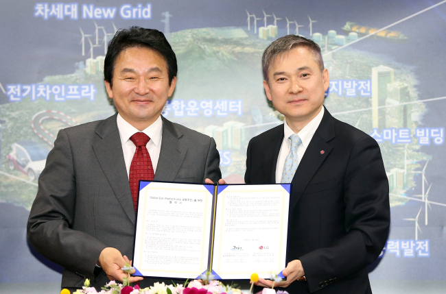 Jeju Gov. Won Hee-ryong (left) and LG president Ha Hyun-hoi pose after signing an MOU on Tuesday. (Yonhap)