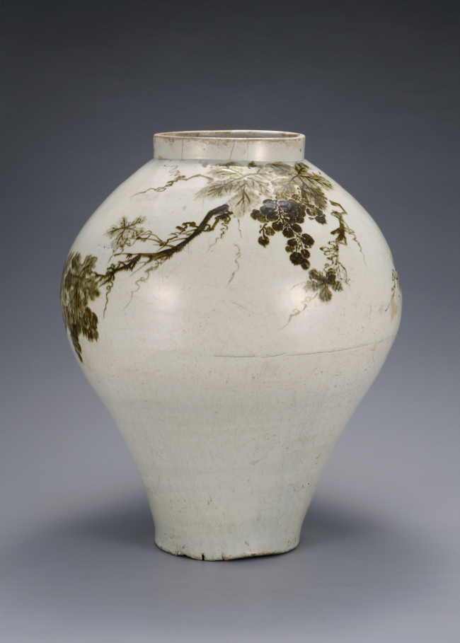 Jar with grapevine design in underglaze iron, 18th-century, Joseon. (Ewha Womans University Museum)