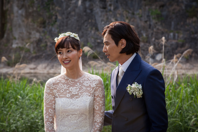 Actress Lee Na-young (left) tied the knot with her actor husband Won Bin on Saturday. (Eden9)