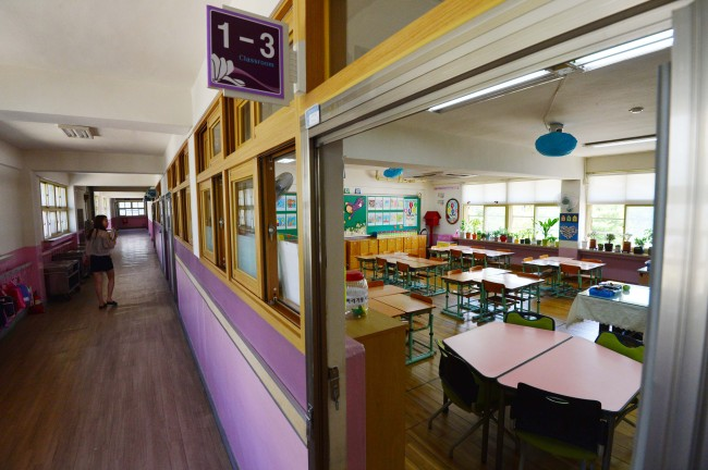 A classroom sits empty at an elementary school in Seoul, which canceled classes Thursday over fears of the spread of MERS. (Yoon Byung-chan/The Korea Herald)